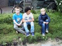 kinderen in permacultuurtuin